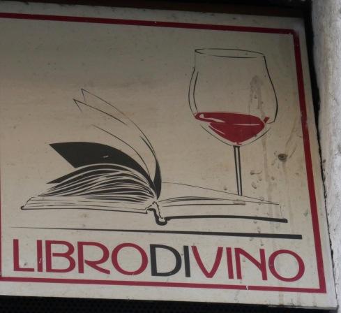 Vilken bra idé, vin- och bokhandel tillsammans.