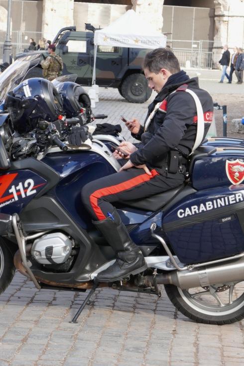 Måste kolla fejan, sa carabinierin.