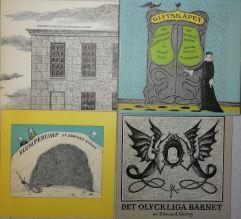 Tre små böcker i kassett.